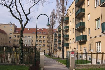 by Hjanko (https://commons.wikimedia.org/wiki/File:Matteottihof_Innenhof.JPG)
